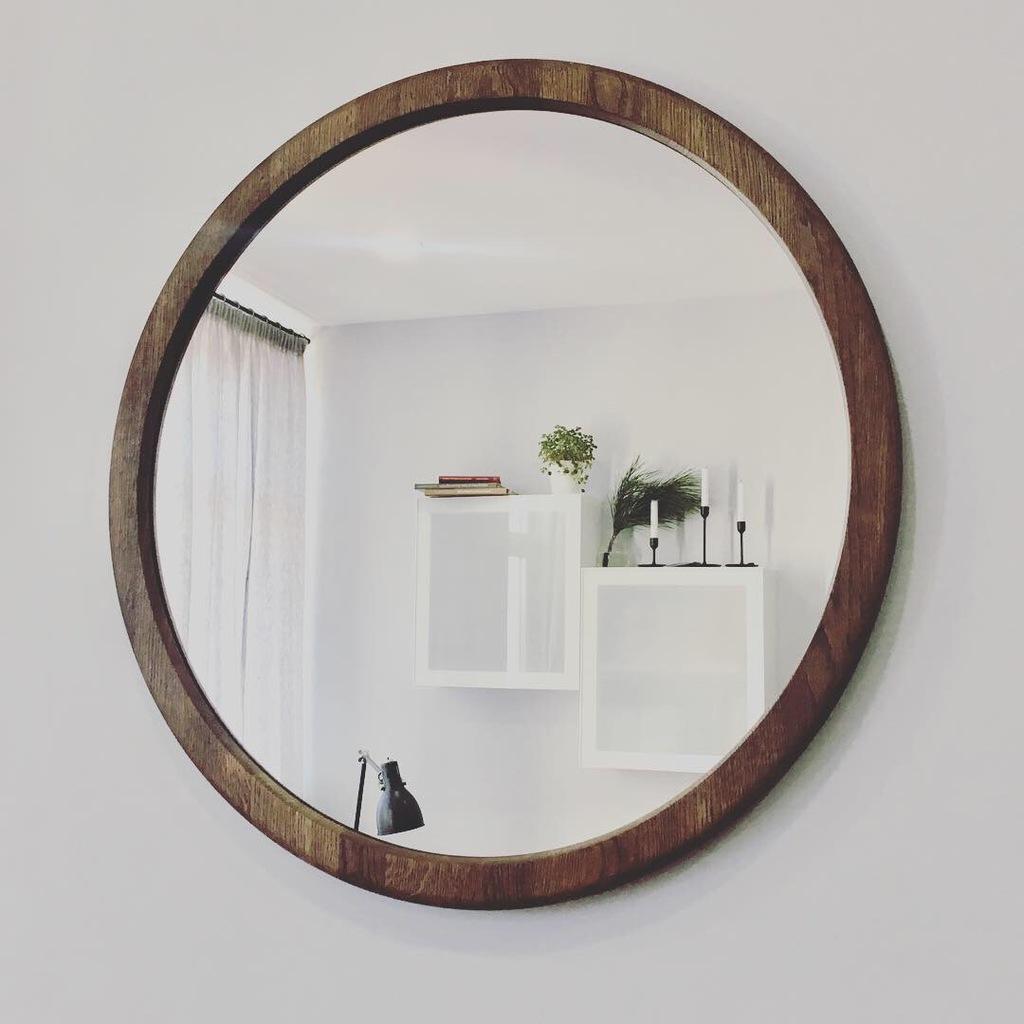 зеркало круглое в деревянной раме